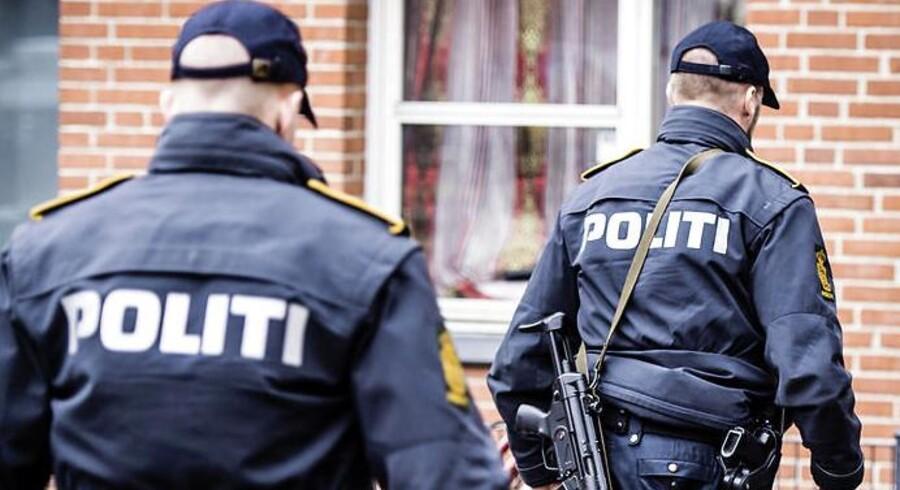 En politibetjent fra Kalundborg er blevet tiltalt for lækage efter en køretur med en journalist. Betjentene på billedet har ikke noget med sagen at gøre.