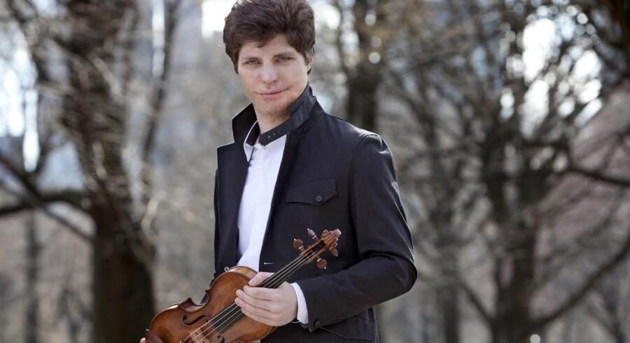 Augustin Hadelich viste sig som en af de mest spændende violinsolister i DR Koncerthusets historie og blev modtaget med åbne arme. Hans udseende skyldes en frygtelig brandulykke i hans barndomshjem i 1999. Foto: DR