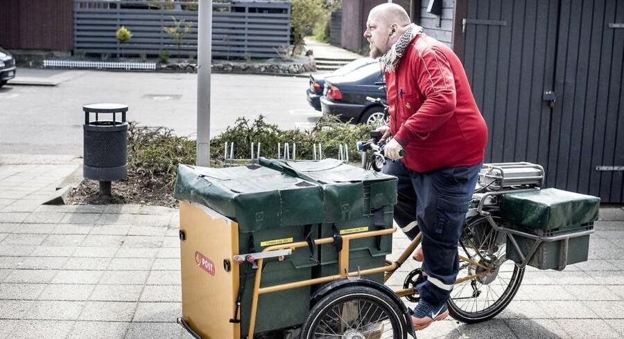 »Nu kommer det gode halve år – i dag er første dag uden jakke,« fortæller 42-årige David Christensen. Han begyndte hos PostDanmark som 15-årig. Han har netop smidt dagens sidste brev i postkassen i Avedøre og er på vej tilbage til posthuset for at parkere den eldrevne cykel.