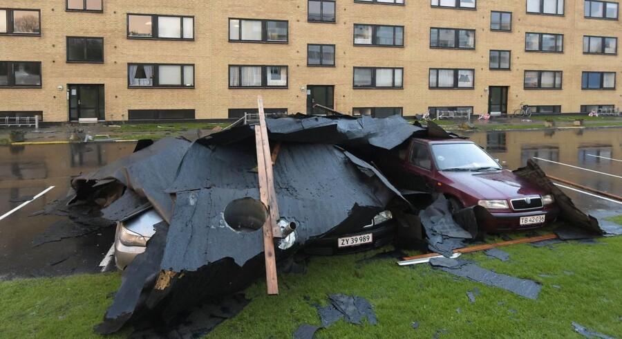 Emmasvej i Aarhus, hvor taget er blæst af en boligblok efter stormen Gorm.