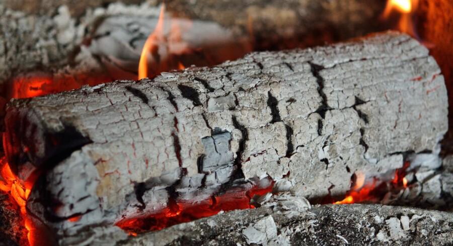Brænde i pejsen.