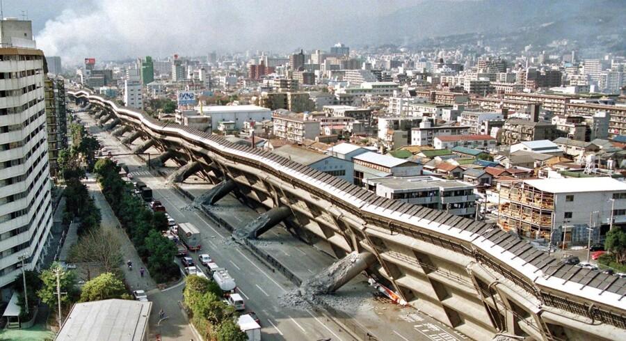 Et jordskælv fik i 1995 en motorvejsbro til at kollapse i Nishinomiya-området i Japan. Amerikanske forskere mener nu, at de har fundet forklaringen på såkaldte jordskælvslys - voldsomme gnidninger i porøse jordlag, der i nogle tilfælde udløser enorme elektriske udladninger, som får luften til så at sige at gløde.