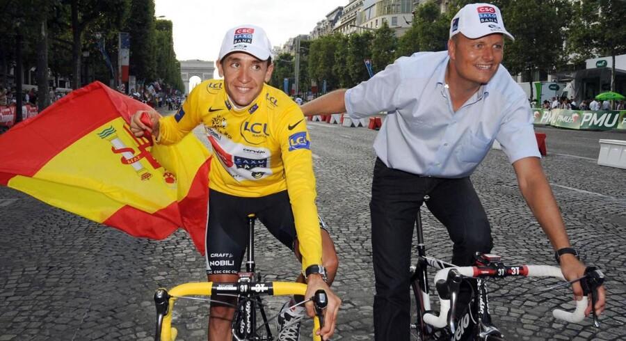Carlos Sastre (tv) fejrer sin triumf i Tour de France i 2008 sammen med Bjarne Riis.