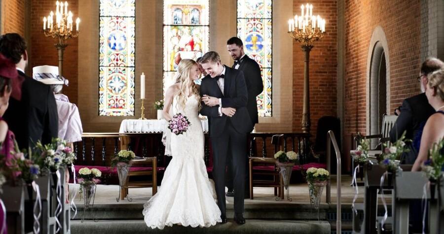 Færre par foretrækker at blive viet i kirken, som her Monica Skytte Christensen og Christian Frederiksen.