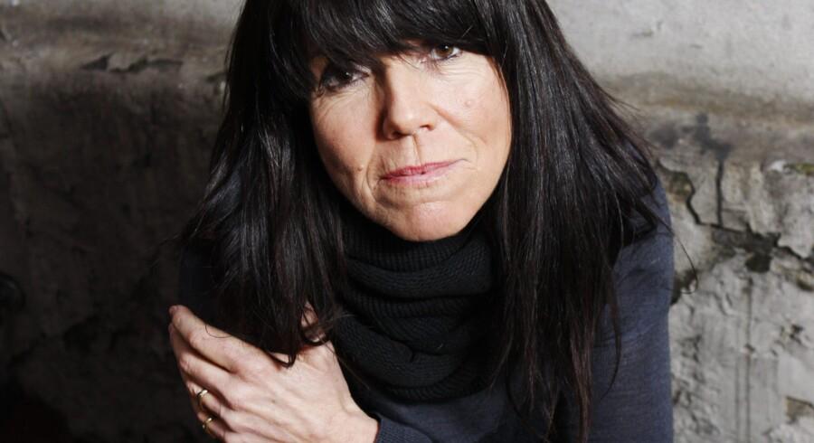 Hanne Boels mørke og sensitive stemme og den personlige formidling er ikke til at tage fejl af på hendes nye »I Think It's Going To Rain« med pianisten Carsten Dahl.