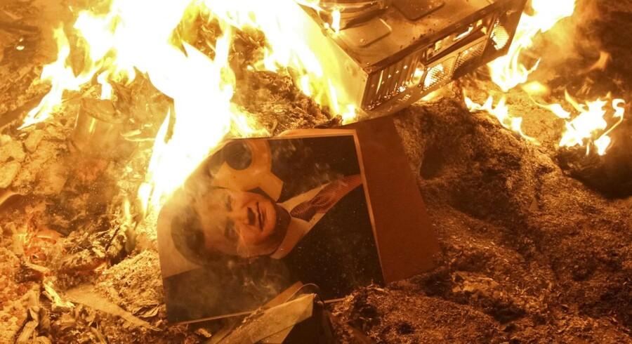 En plakat med præsident Janukovitch i flammer under opstanden i Ukraine.