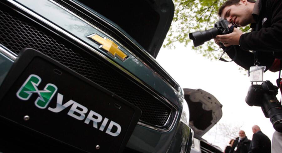 I takt med den stigende miljøbevidsthed har de fleste bilfabrikker udviklet de såkaldte hybridbiler. Kongehuset er gået forrest med en ny hybridbil af mærket Lexus LS600H, som Dronningen i april kørte sin første tur i. Ellers er der fokus på de grønne biler hos både Chevrolet, Renault og Mercedes-Benz.