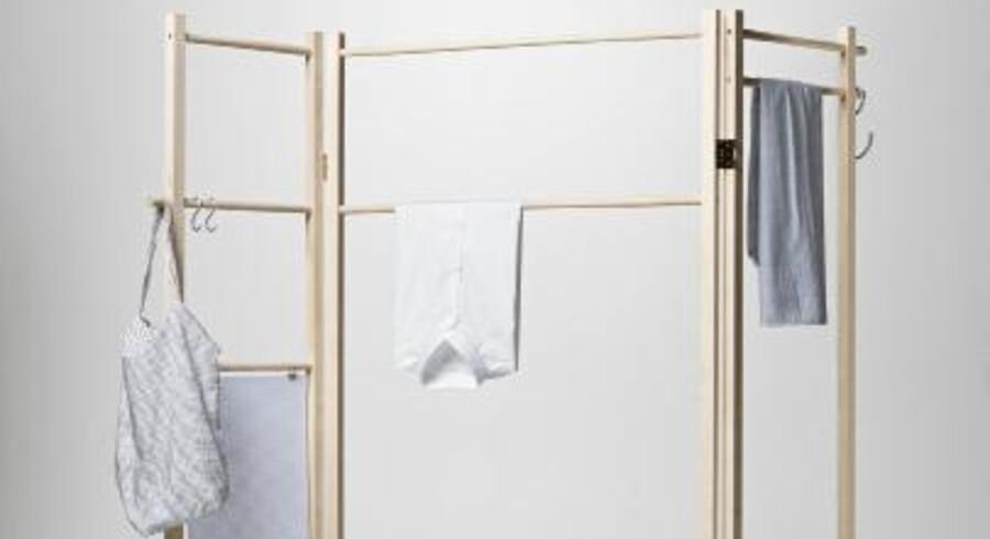 Tøjstativet fra Nomess Copenhagen, der kan drejes 360 grader, kan også bruges som rumdeler.