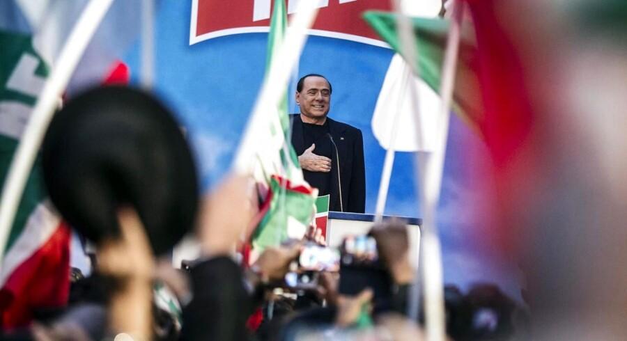 Italiens tidligere premierminister, Silvio Berlusconi, holder en tale ved sin residens i Rom. 192 ud af det italienske senats 315 medlemmer stemte for, at han efter en fængselsdom for groft skattesvig ikke længere skal sidde blandt dem.