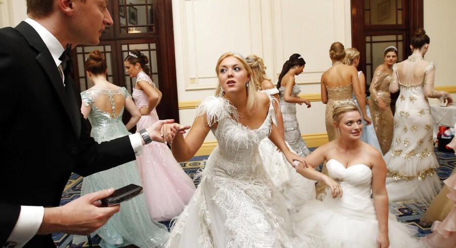 Det er ikke let at begå sig i overklassen, hvis man gifter sig ind i den fra en mere beskeden baggrund. Verden over bliver adeliges og kongeliges ægtefæller instrueret i passende opførsel.