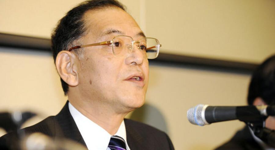 Den japanske elektronikgigant Sharps topchef, Tetsuo Onishi, fortæller om de første røde tal i 60 år. 1.500 skal nu fyres. Foto: Yoshikazu Tsuno, AFP/Scanpix