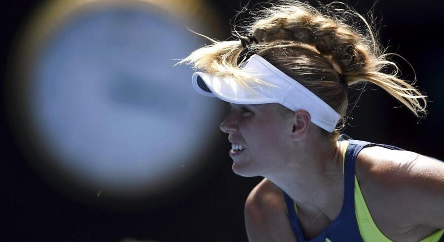 Caroline Wozniacki server mod belgiske Elise Mertens under kvindernes semifinalekamp i Australia Open.