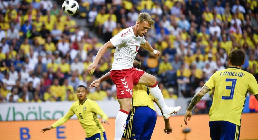 Nicolai Jørgensen i duel med Sveriges Andreas Granqvist under lørdagens landskamp.