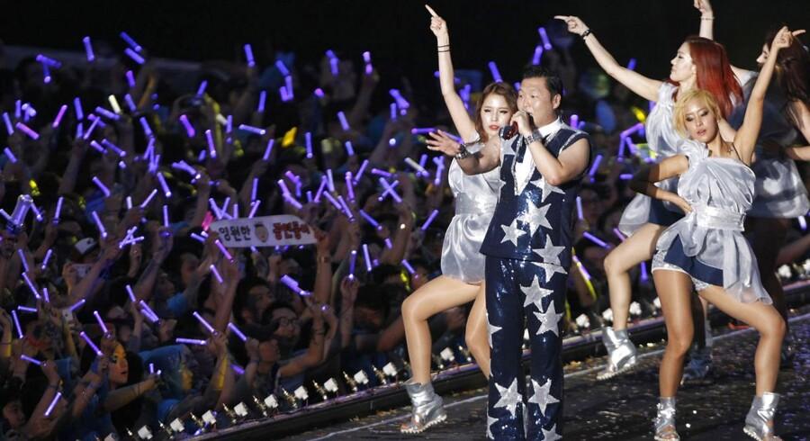 """Den sydkoreanske rapper Psy har fået verden til at danse """"Gangnam Style"""" - og aktiekursen i faderens firma til at eksplodere."""
