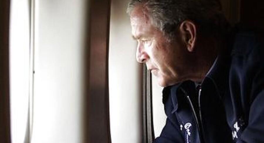 USA's tidligere præsident George W. Bush fortryder dette foto, hvor han står i Air Force One og kigger ud over katastrofe-området i New Orleans efter orkanen Katrina.