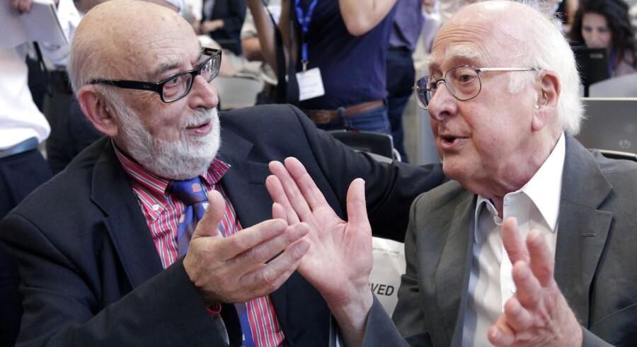 Peter Higgs (th) og Francois Englert på CERN i strålende humør efter offentliggørelsen af, at fysikere nu formentlig har observeret partiklen, som uretfærdigt kun bærer den enes navn.