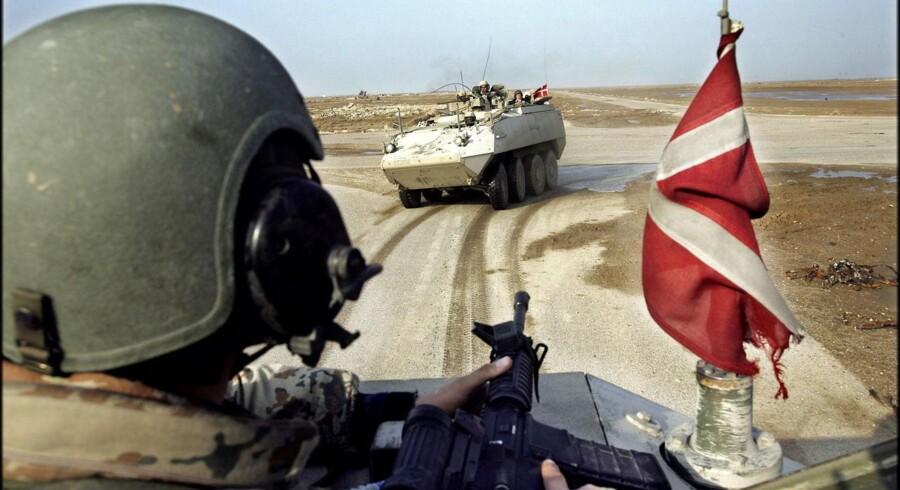 Udenrigsministeriets jurister måtte ifølge oplysninger i bogen »Mørkelygten« bøje lovteksten til det yderste og »klamre sig« til juridiske »halmstrå« for at efterkomme en ministerordre om at finde et juridisk holdbart grundlag for dansk deltagelse i Irakkrigen i 2003.