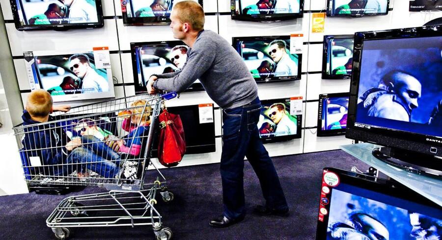 Der bliver kigget Fladskærms TV hos Expert i Fields.