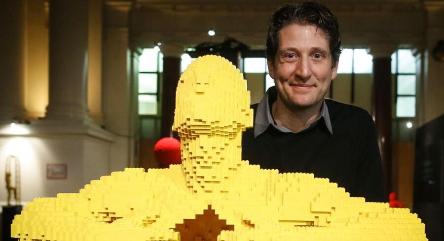 Den amerikanske kunstner Nathan Sawaya ses her ved siden af skulpturen 'Yellow', der er lavet af Lego klodser.Han udstiller 'The Art of Brick', som udstillingen hedder, på Børsen i Bruxelles.
