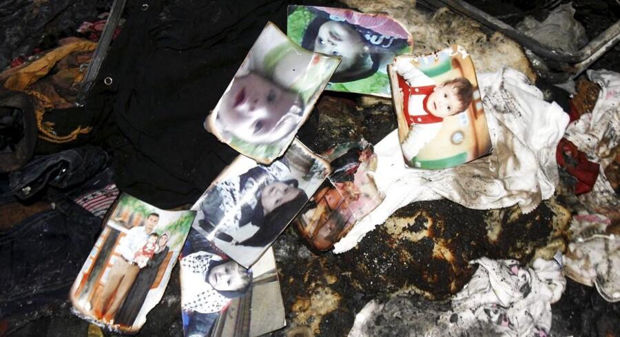 Et mindesmærke har dannet sig på brandtoften, hvos den halvandet år gamle Ali Dawabsheh døde i ilden, da jødiske ekstremister angreb hans families hus på Vestbredden.