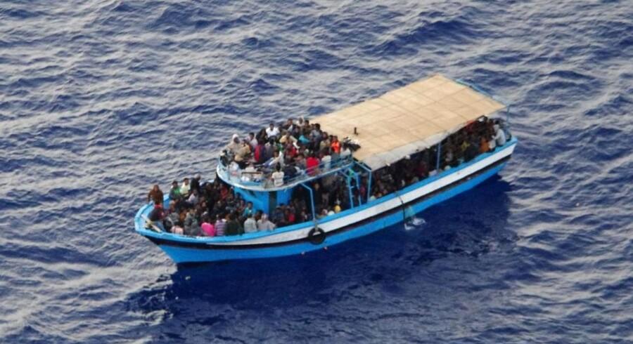 Bådflygtninge fotograferet på vej mod Siciliens kyst 5. juli.
