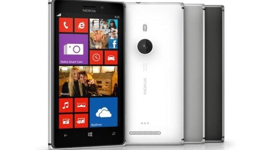 Den nye Lumia 925 har metalkant i aluminium men ikke trådløs opladning som forgængeren, Lumia 920. Foto: Nokia