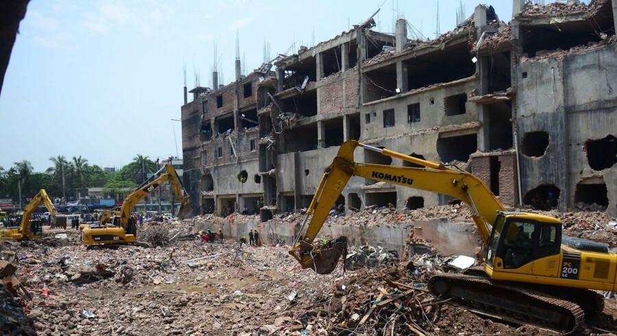 Sammenstyrtningen af en otte etager høj fabriksbygning i Savar uden for Dhaka i Bangladesh dræbte ifølge den seneste optælling 1.127 mennesker.