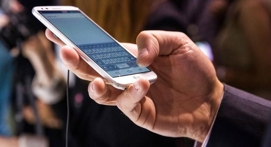 G2-telefonen på 5,2 tommer blev lanceret af LG i New York for en måned siden i New York og kommer snart til Danmark med det klare formål at underbyde konkurrenternes dyrere topmodeller. Arkivfoto: Andrew Burton, AFP/Scanpix