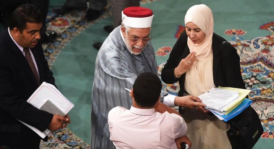Næstformand for det tunesiske parlament Abdelfattah Mouro (i midten) taler med delegerede under den maratonlange debat om ny terrorlovgivning.