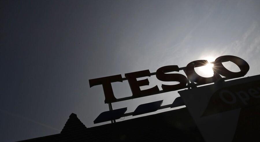Den britiske supermarkedskæde Tesco har torsdag formiddag meldt om vækst i kædens salg for første gang i fire år, efter at julehandlen i 2015 viste sig fra sin bedre side.