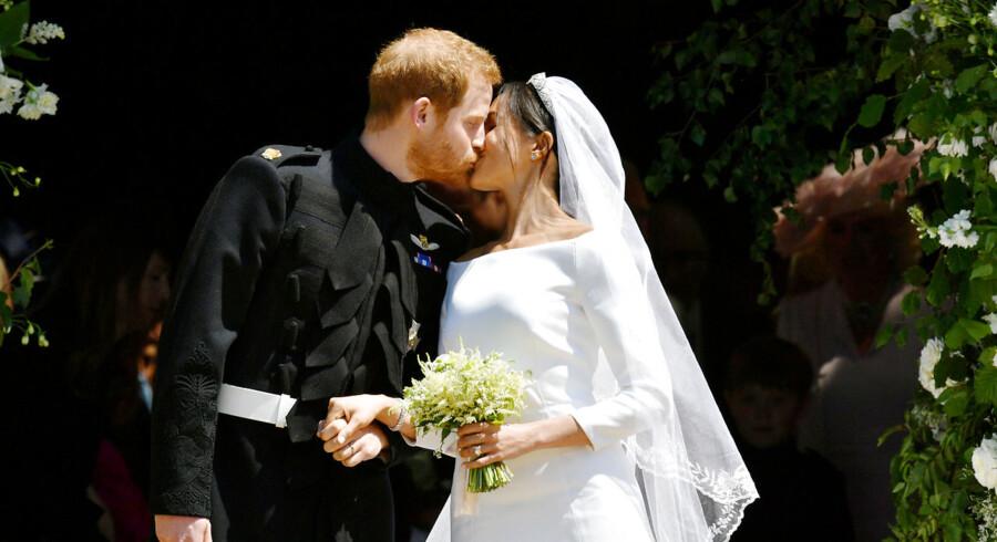 Prins Harry og Meghan Markle kysser på trapperne i St. George's Chapel i Windsor Castle efter deres bryllupsceremoni. Lørdag den 19. maj 2018.