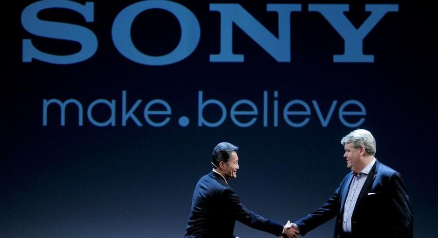 Der var store smil og håndtryk mellem Sonys vicepræsident, Kazuo Hirai (tv) og angående CEO for Sony Moblile Comunications, Bert Nordberg (th) under en pressekonference i Barcelona i februar. I dag holder ansatte i Sony Mobiles svenske afdeling vejret, grundet udsigter til omfattende fyringer i hele koncernen. (Arkiv)