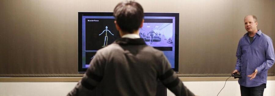 Med Kinect-systemet kan man styre sin Xbox One-spilkonsol med bevægelser, men nu fjerner Microsoft det fra pakken for at få prisen ned, så den matcher Sonys konkurrerende Playstation 4. Arkivfoto: Nick Adams, Reuters/Scanpix