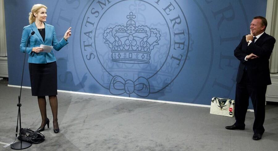 Rød blok og blå blok har oftere fundet hinanden hen over midten og stemt sammen i Folketinget i denne valgperiode end tidligere. Her ses lederne af hver deres blok, da V-formand Lars Løkke overdrog Statsministeriet til Helle Thorning-Schmidt (S) efter valget i 2011.