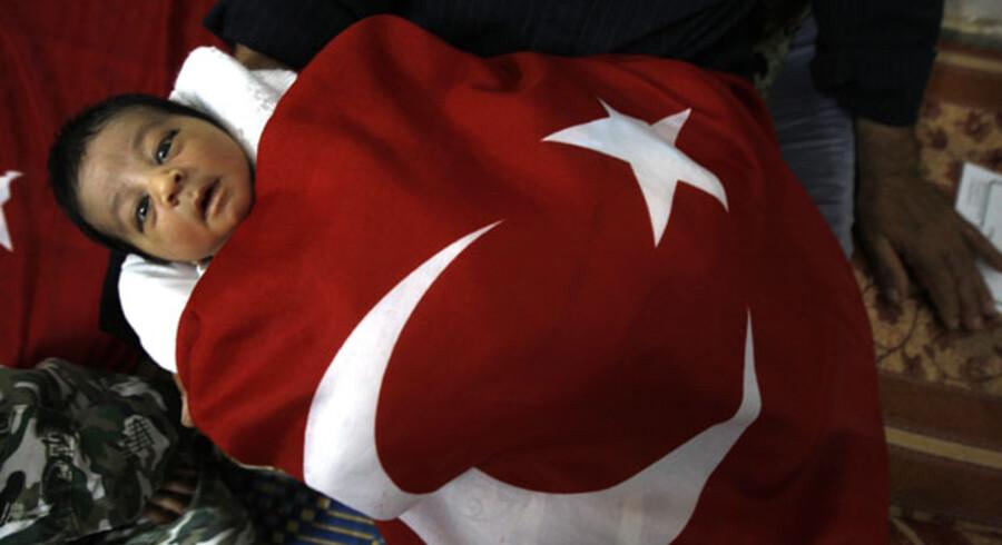 Den spæde Rajab Erdogan – indsvøbt i et tyrkisk flag – bor med sine forældre i flygtningelejren Khan Yunis i Gaza-striben. Rajab blev født dagen efter, at israelerne bordede den tyrkiske flotille på vej til Gaza.