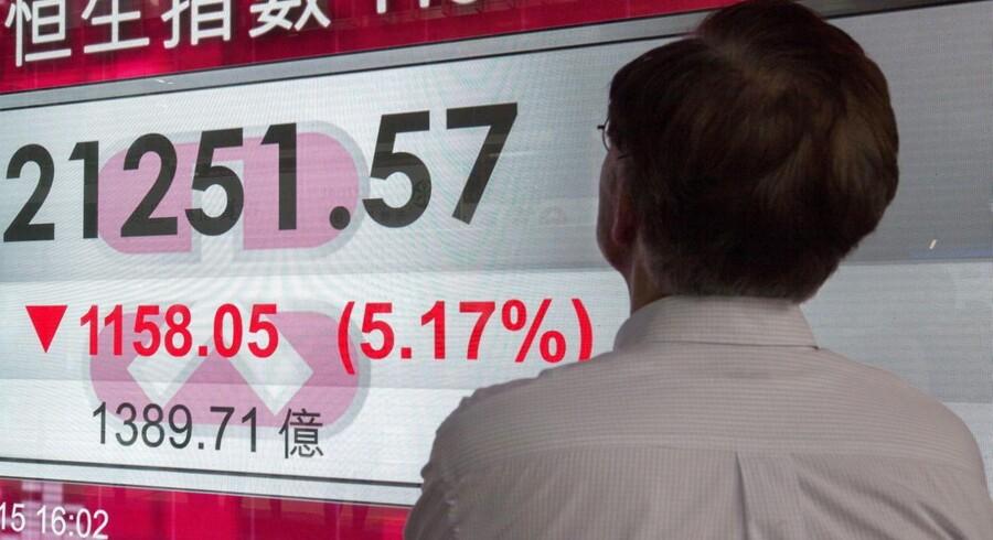 Aktiemarkederne i Kina var gennem store aktiefald mandag, som forplantede sig til resten af verden. Men eksperter mener, at økonomierne i USA og Europa står godt rustede.