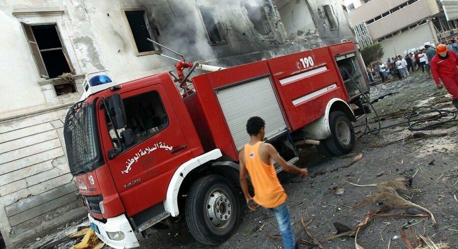 Et brandkøretøj holder uden for udenrigsministeriet i Benghazi, som blev ramt af en eksplosion tidligere i dag.