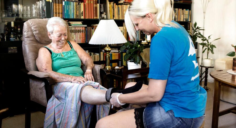 Ayoe Holmberg mens hun får hjælp af hjemmehjælper Susan Jakobsen