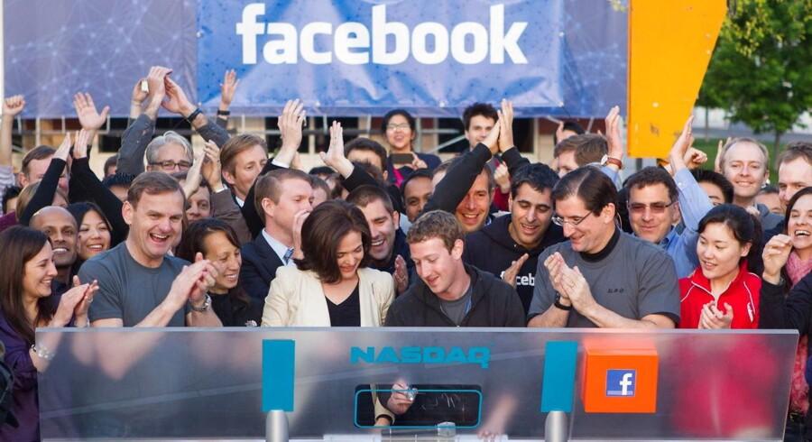 Der var fest, da Facebook-stifter Mark Zuckerberg (midt for) i maj trykkede på knappen og sendte Facebook på børsen. Siden har hverdagen meldt sig for aktien, der siden er dykket med 37,6 pct.