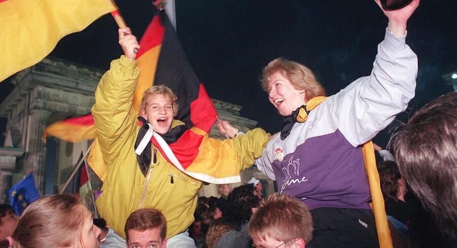 De unge berlinere vejrer med det tyske flag for at fejre genforeningen af Øst- og Vesttyskland.