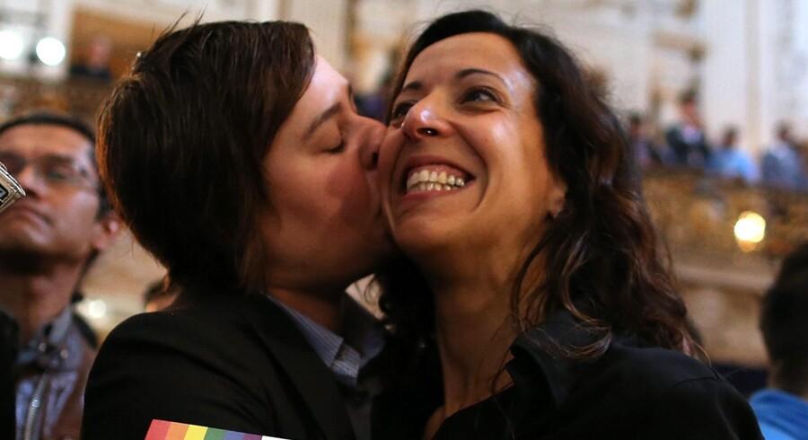 Et lebisk par fejrer en kendelse i USAs højesteret fra sidste år, der gik imod forbud mod homoseksulle ægteskaber. Foto: Justin Sullivan