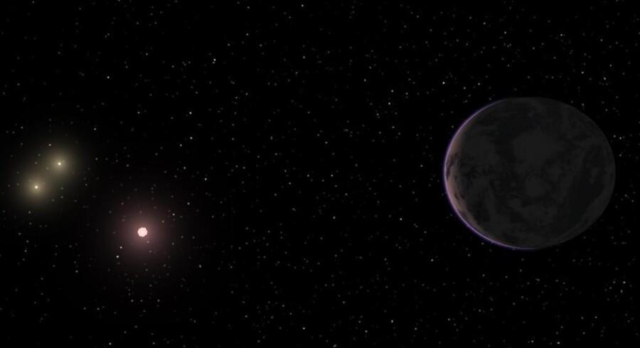 Til højre i billedet ses en illustration af GJ 667Cc, super-jorden, som af forsker bliver kaldt det bedste bud på at finde liv uden for Jorden.