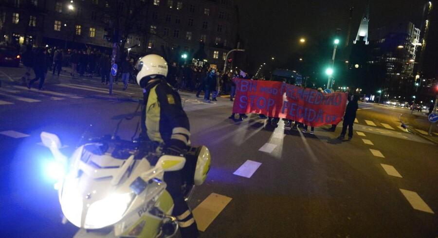 Mandag finder to simultane demonstrationer sted i København. Den ene demonstration mod islamisering - den anden mod den anti-islamistiske bevægelse Pegida. Se billeder fra demonstrationerne her.
