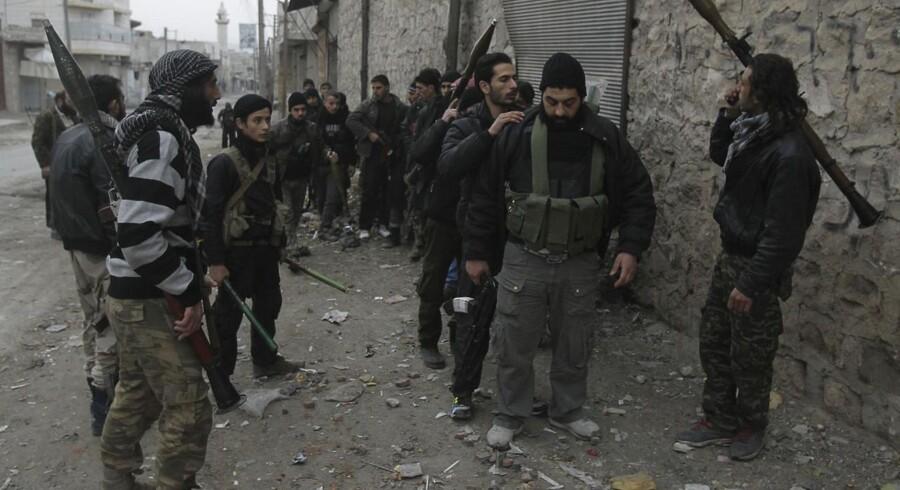Et sted i Aleppo gør soldater fra Den Islamiske Front (al-Jabha al-Islamiya) gør klar til kamp mod styrker, der støtter præsident Assad. Krigen i Syrien er i stigende grad blevet en religiøs krig.
