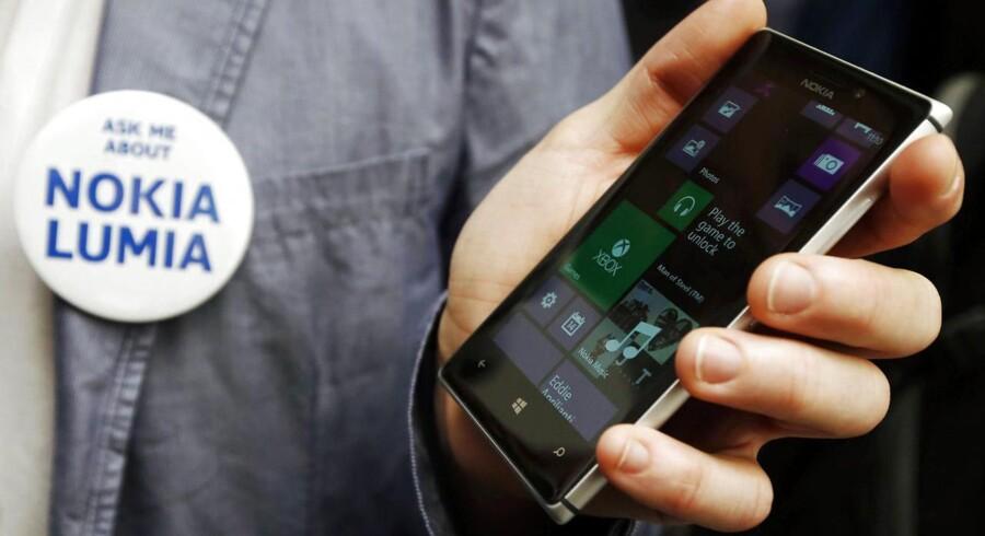 Den nye Lumia 925 har fået metalkant af aluminium og er blevet lettere og tyndere end forgængeren, Lumia 920. Og så er kameraet gjort bedre. Foto: Luke MacGregor, Reuters/Scanpix