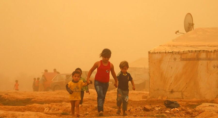 Krigsramte Syrien oplevede mandag og tirsdag en pause i kampene. Det røde støv og den lave sigtbarhed forhindrede bombeangreb fra luften og kampene på jorden stilnede også af ifølge menneskerettighedsorganisationen Syrian Observatory, som Reuters har talt med. I Libanon er op mod 750 personer blevet indlagt med vejrtrækningsproblemer og to er døde. Sandstormen ramte også Israel, Jordan og Cypern.