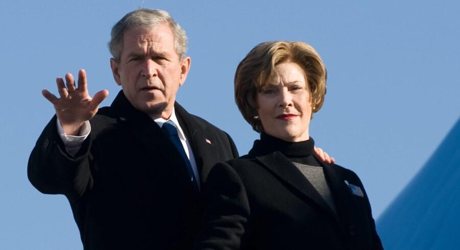 Som USAs førstedame gjorde Laura Bush offentligt så lidt væsen af sig, at vi alle dannede os en – ofte forskellig – mening om, hvad hun i virkeligheden rummede. Nu åbner hun for posen i selvbiografien »Spoken from the Heart«.
