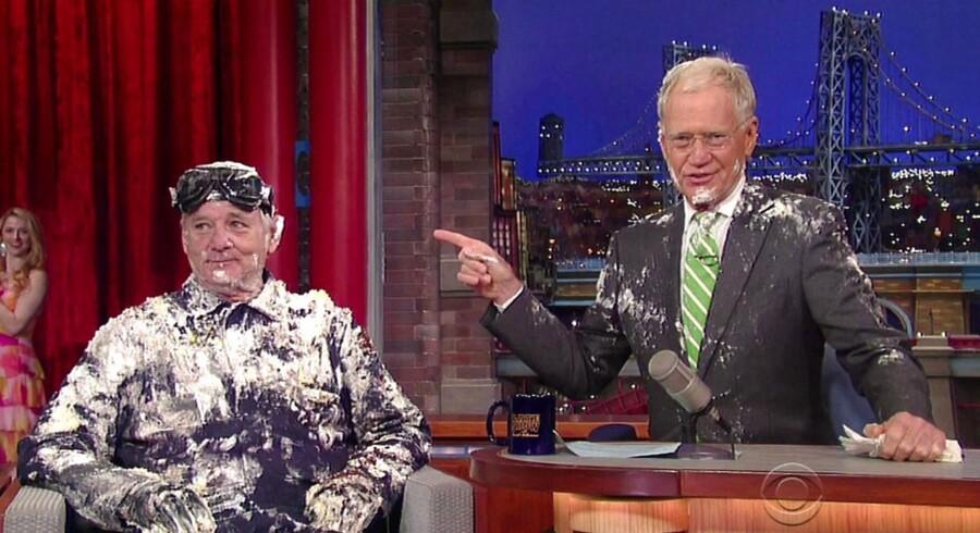 Bill Murray sagade farvel til David Letterman ved at hoppe ud af en gigantisk kage.Murray var Letttermans første gæst i værtens sidste aftenshow.