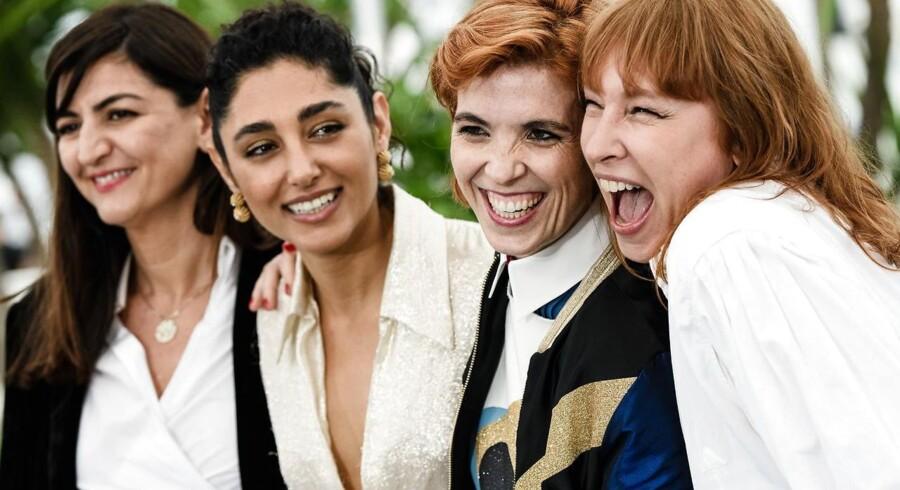Skuespilleren Emmanuelle Bercot, den iranske skuespiller Golshifteh Farahani (nummer to fra venstre), filminstruktør Eva Husson og filmproducer Didar Domehri poserer for pressen ved præsentationen af »Girls of the Sun« i Cannes.
