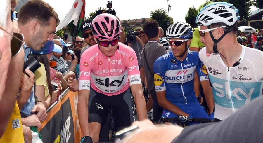 Chris Froome i den lyserøde førertrøje efter dagens etape.